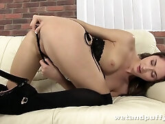 Russian woman Aruna Aghora plays with her cunt